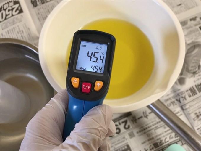 マルセイユ石けんのオイルの温度を測る