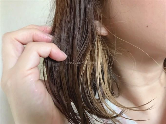 A'kinエイキンオイルを髪の毛になじませる