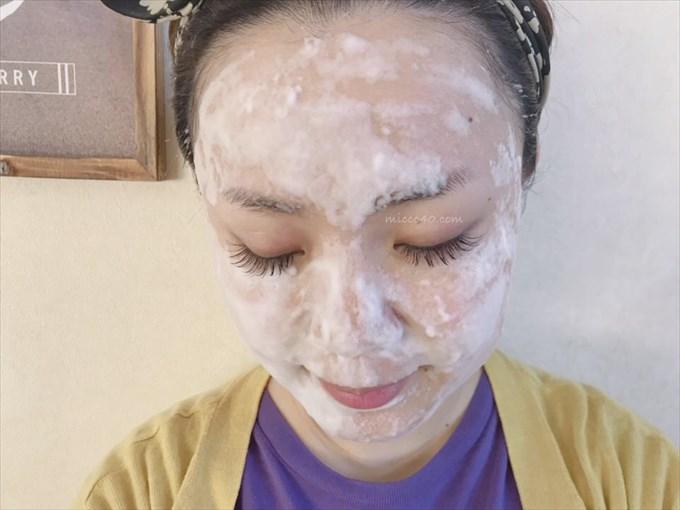 ジンセンベリー配合の02バブルクレンジングフォームで洗顔中